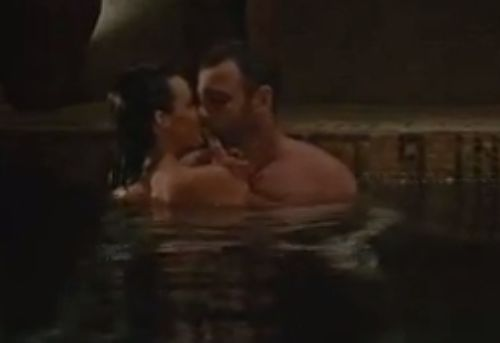カーラ・グギノ 全裸で寄り添う濡れ場