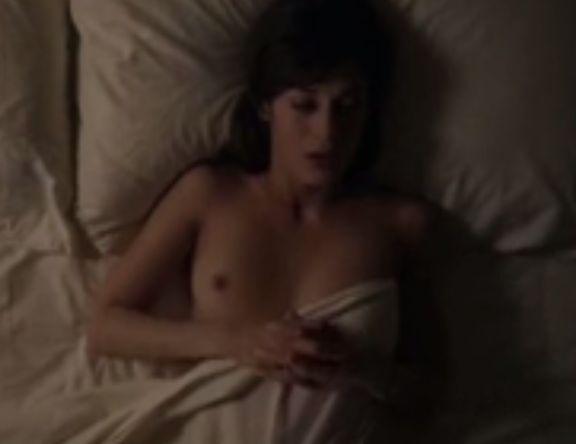 リジー・キャプラン ベッドの上で鮮烈ヌードを披露