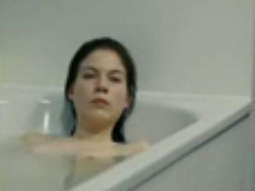 ノラ・フォン・ヴァルトシュテッテン 美しすぎるヌード姿を披露する入浴シーン