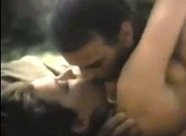 ヴァンナ・ホワイト 一糸まとわぬ姿で濃厚なキスをする濡れ場