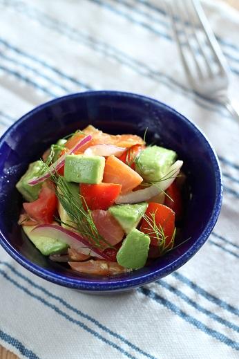 スモークサーモンとアボカドとトマトのサラダ