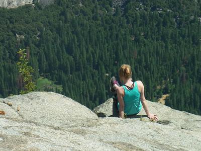 岩に座る女性