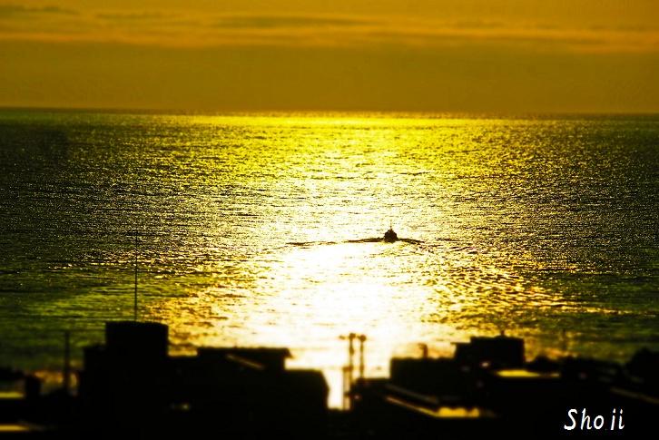 梅雨の伊東港 早朝の輝き