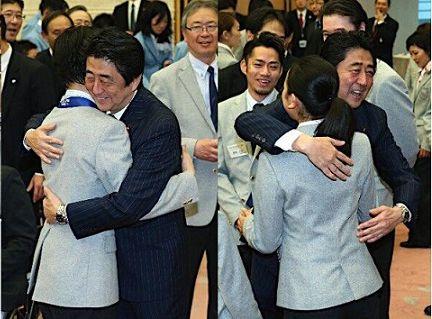 浅田真央に抱きつく気持ち悪い安倍ウンコリアンキチガイゴキブリ晋三