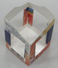 a stand using a paper milk pack of 1L to put a ship diagonally 牛乳パック船台2