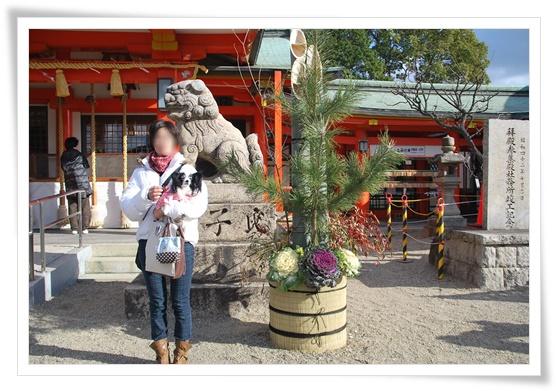 狛犬さんと門松の前で