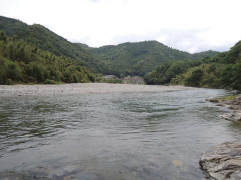 お店の前を流れる吉野川(上流側)