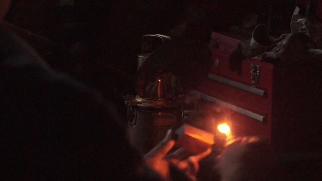 カーバイトランプ 燐寸で点火間近
