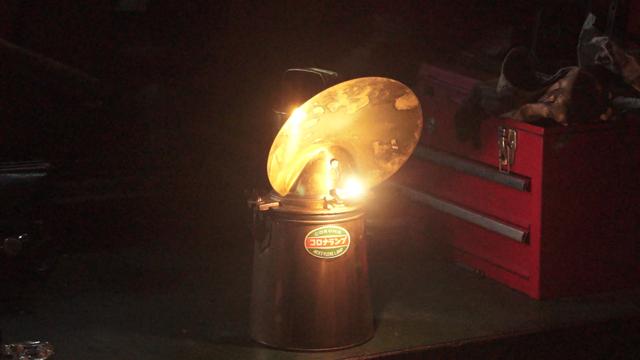 煌々と灯るカーバイトランプ