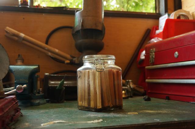焚付けの準備。灯油漬け薪の準備