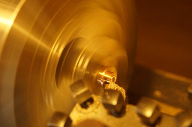 旋盤でオイルポットの蓋造り