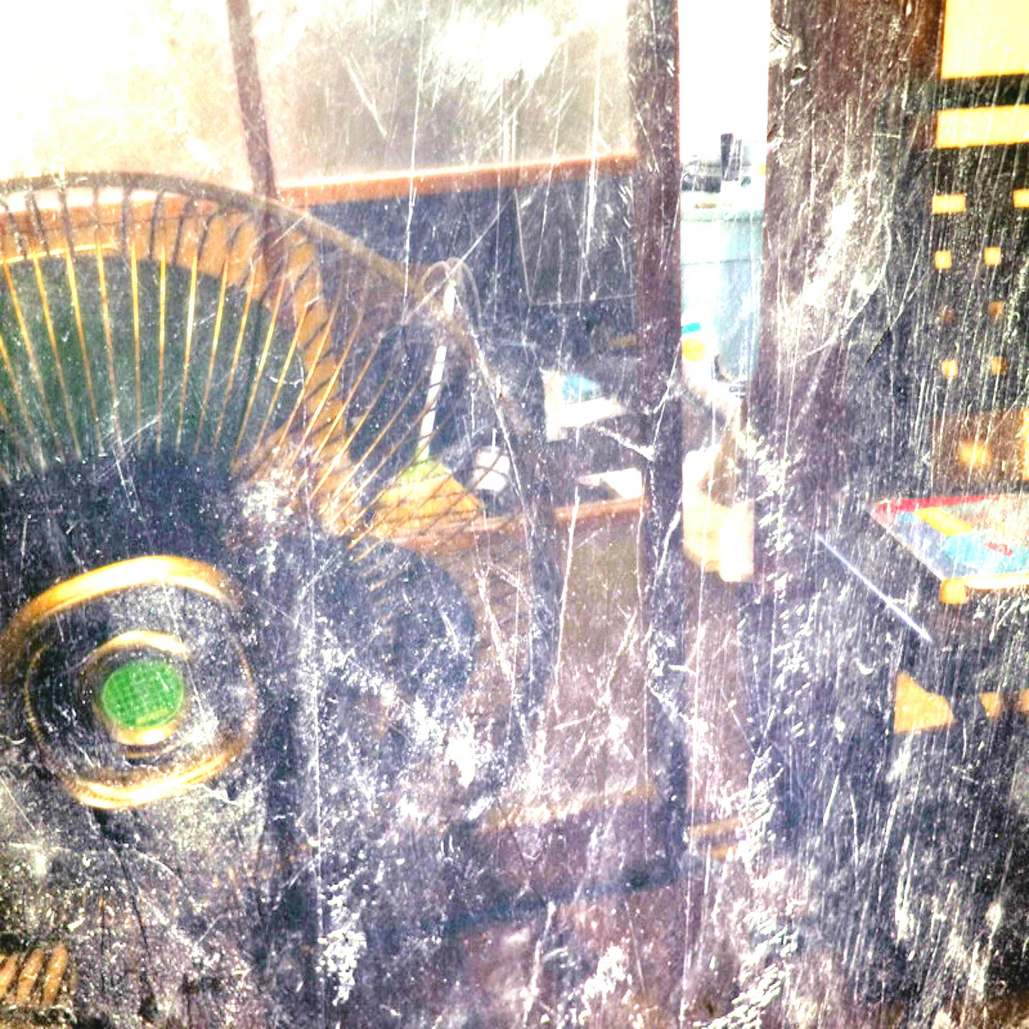 割れたガラス窓と扇風機
