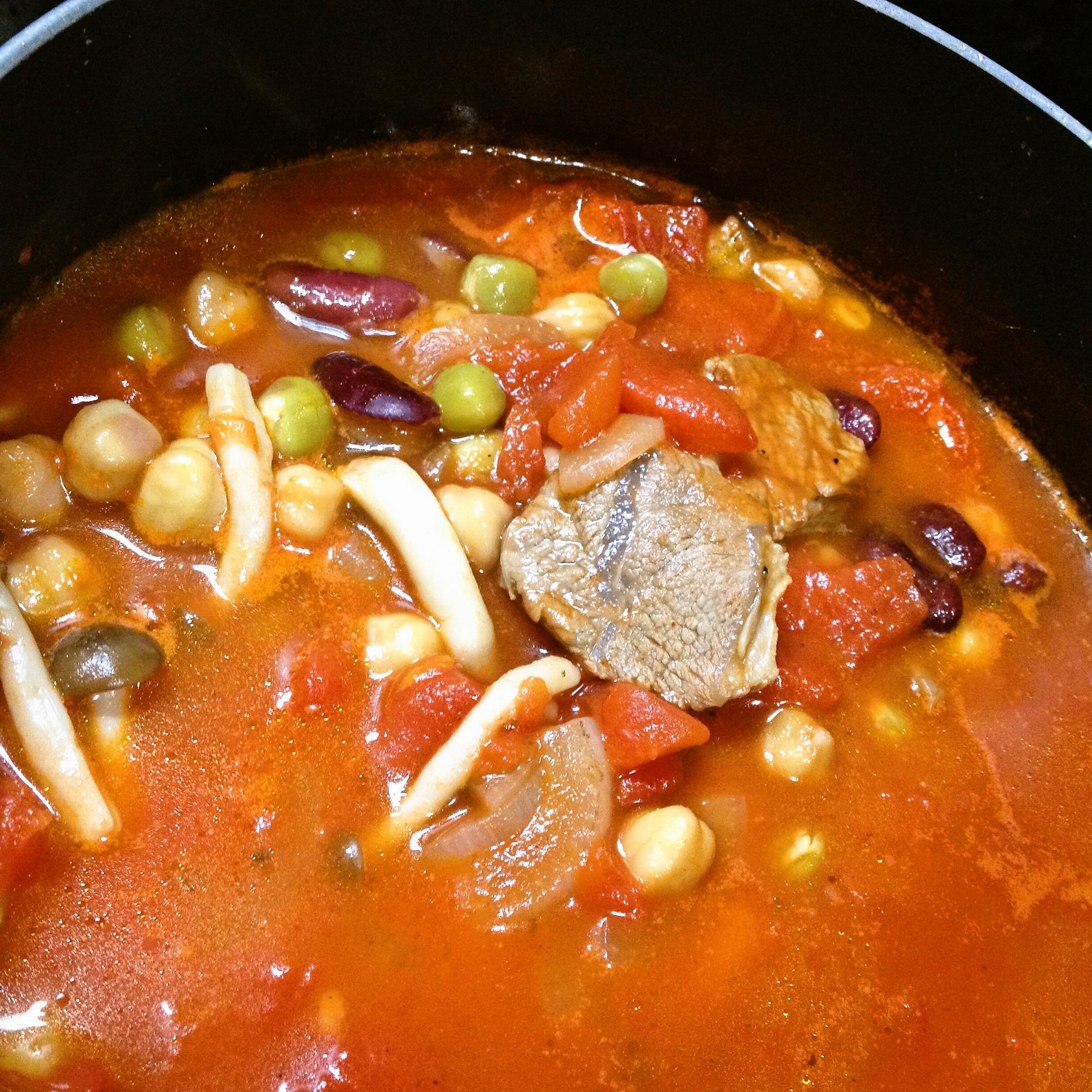 ラム肉とトマトと豆のスープ(鍋の中)