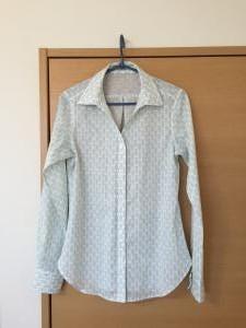 白のオープンネックシャツ
