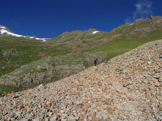 氷河が削り取った石塊(モレイン)を横切り尾根を目指す