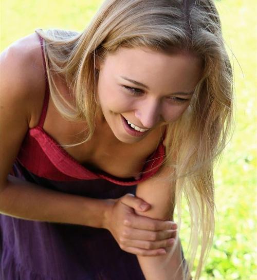 乳首がひょろっと発育期な外国人美少女たちの街撮り胸チラ