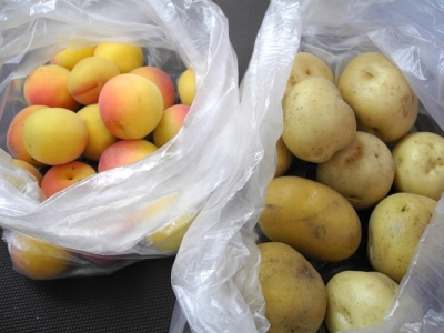20150620自家栽培の杏&ジャガイモ