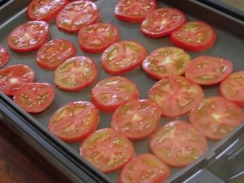トマト焼いてます