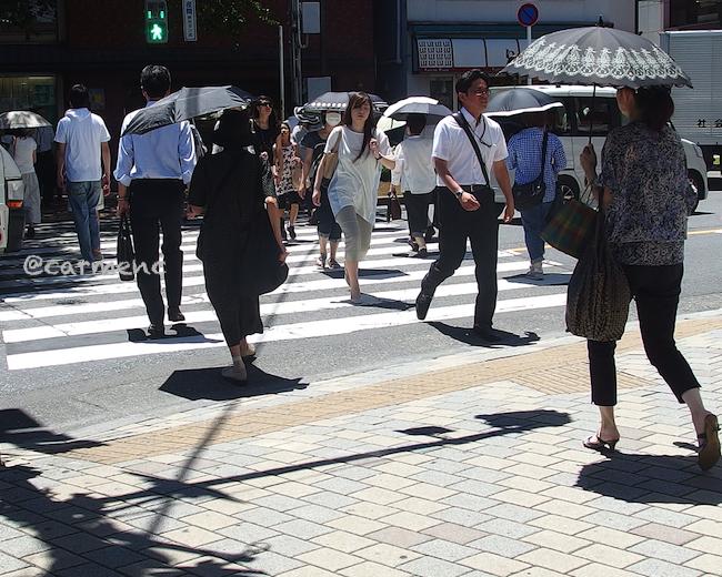 駅前横断歩道日傘