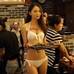 中国・瀋陽に女性店員がビキニのお粥レストランがオープン