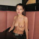 バーの店内で撮影させてもらったロシア美女のヌード画像