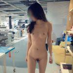 スレンダー微乳女性が家具店の店内で全裸露出プレイしてるヌード画像