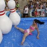 中国・杭州でビキニ美女人間ボーリング大会を開催