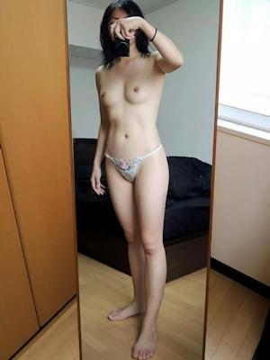 微乳素人女性 パンティ自分撮りヌード画像 4
