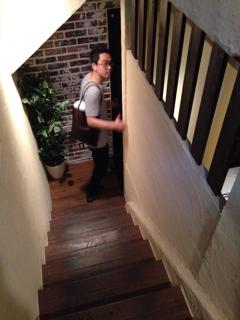 地下の店内への階段