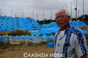 池原市議と汚染土を積み上げたサッカー場グラウンド跡地