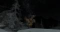 雪降る中、遠くに朧に見える月。