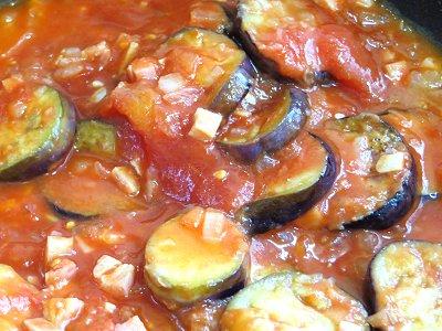 トマトソースでナスを2分半煮込むdownsize