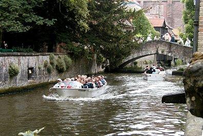 小さな運河遊覧船に楽しそうな観光客REVdownsize
