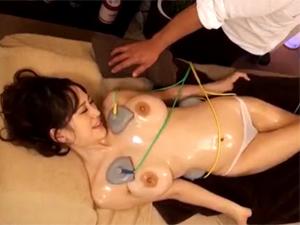 巨乳お姉さんが低周波マッサージ器と猥褻施術に悶絶して絶頂!