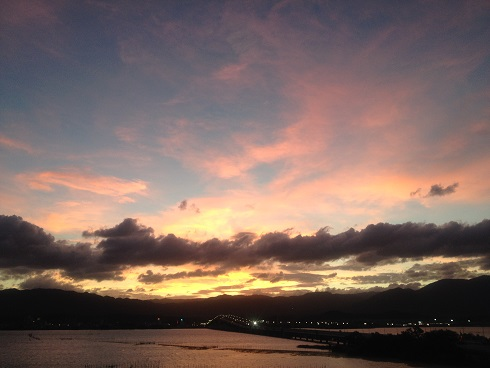 夕日と琵琶湖大橋