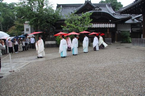 本殿に向かう神職_H27.07.07撮影