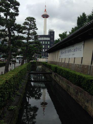 東本願寺の逆さ京都タワー_H27.07.09撮影