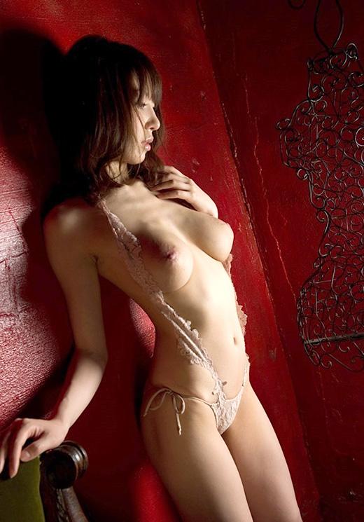 知花メイサ 色白な美巨乳と肢体のエロ画像