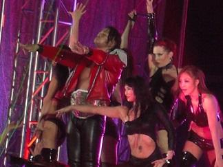 中邑とポールダンサー(20140104東京ドーム)1