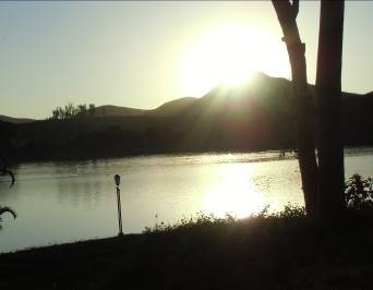 マダガスカルの湖の夕暮れ