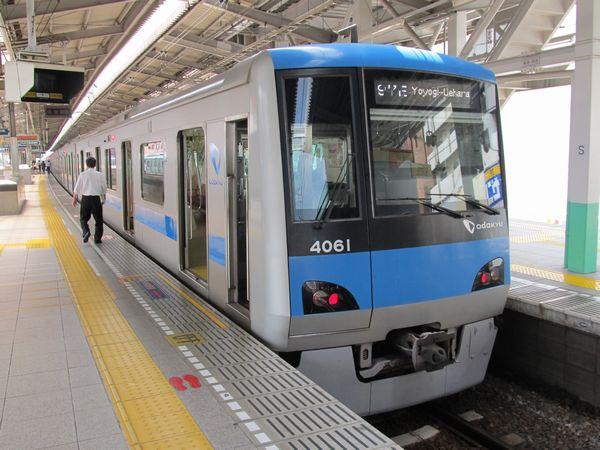 綾瀬駅2・3番線に停車中の小田急4000形電車。綾瀬駅で本線から直接折り返し運転に使えるのはこの1線のみである。