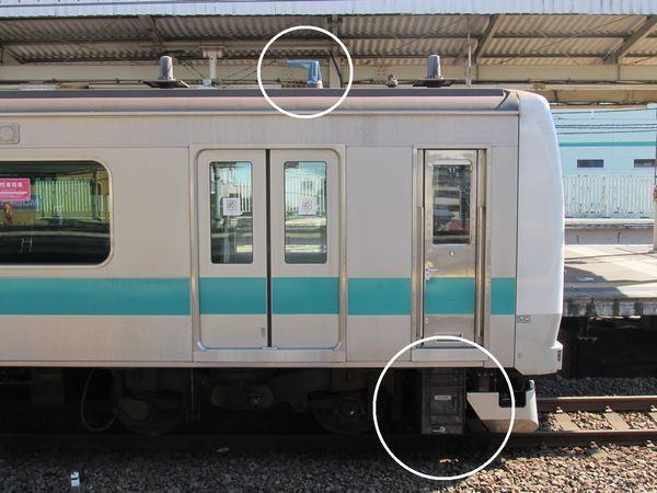 先頭車屋根の小田急列車無線アンテナと運転室助手席床下の小田急無線箱1(丸囲みの中)