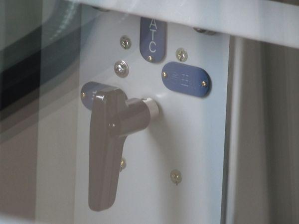 コンソール左下にある会社切替スイッチ。小田急ポジションはまだ使用しないため、プレートが裏返しになっている。