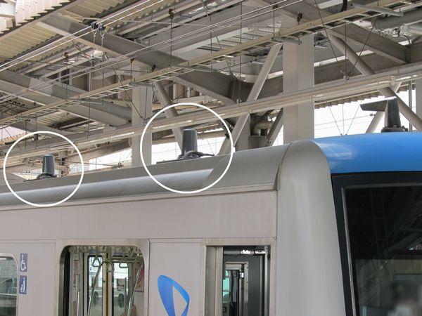先頭車運転台後部の屋根に追加されたJRデジタル列車無線用アンテナ