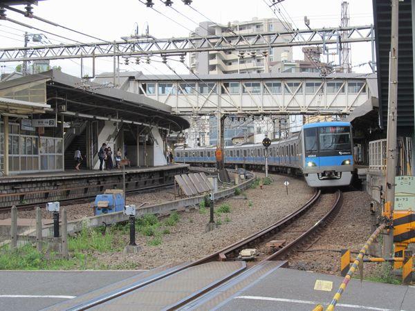 小田原寄りの踏切から駅構内を見る。