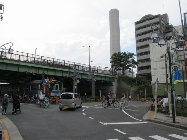 代々木八幡駅と山手通りの間にある代々木八幡1号踏切。今後後ろに見える山手通り陸橋下に移設される。