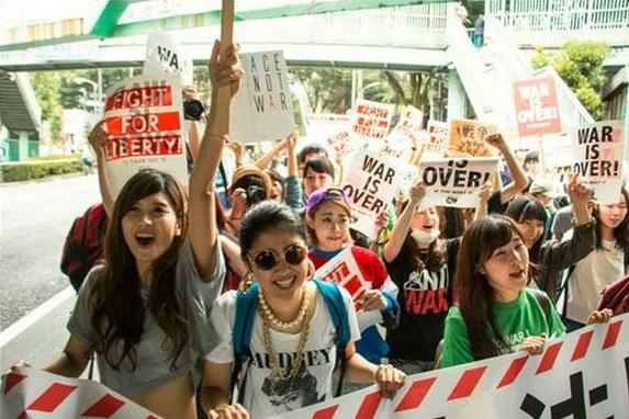 2015-7-22国会前デモ英語だらけのプラカード写真1