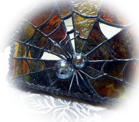 蜘蛛は淡い水色