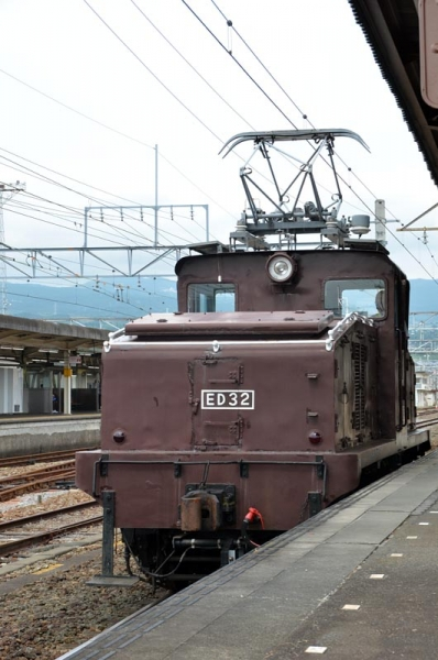 三島駅9番ホームで待機するED32