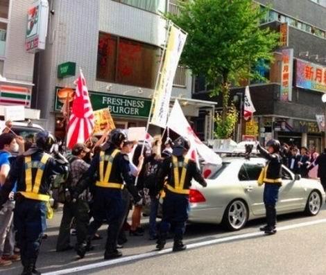 20150811_旭日旗を持ったデモ隊(470x397)
